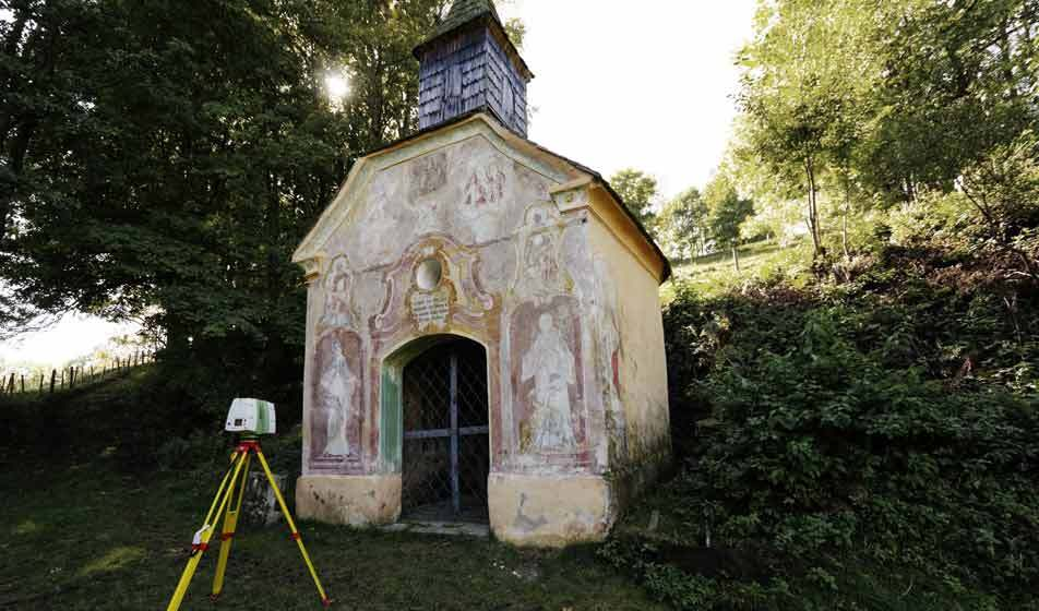 A Leica 3D laser scanner from Bogensberger Vermessung / Surveys in front of the cultural heritage Ägydius chapel of Fischbach.