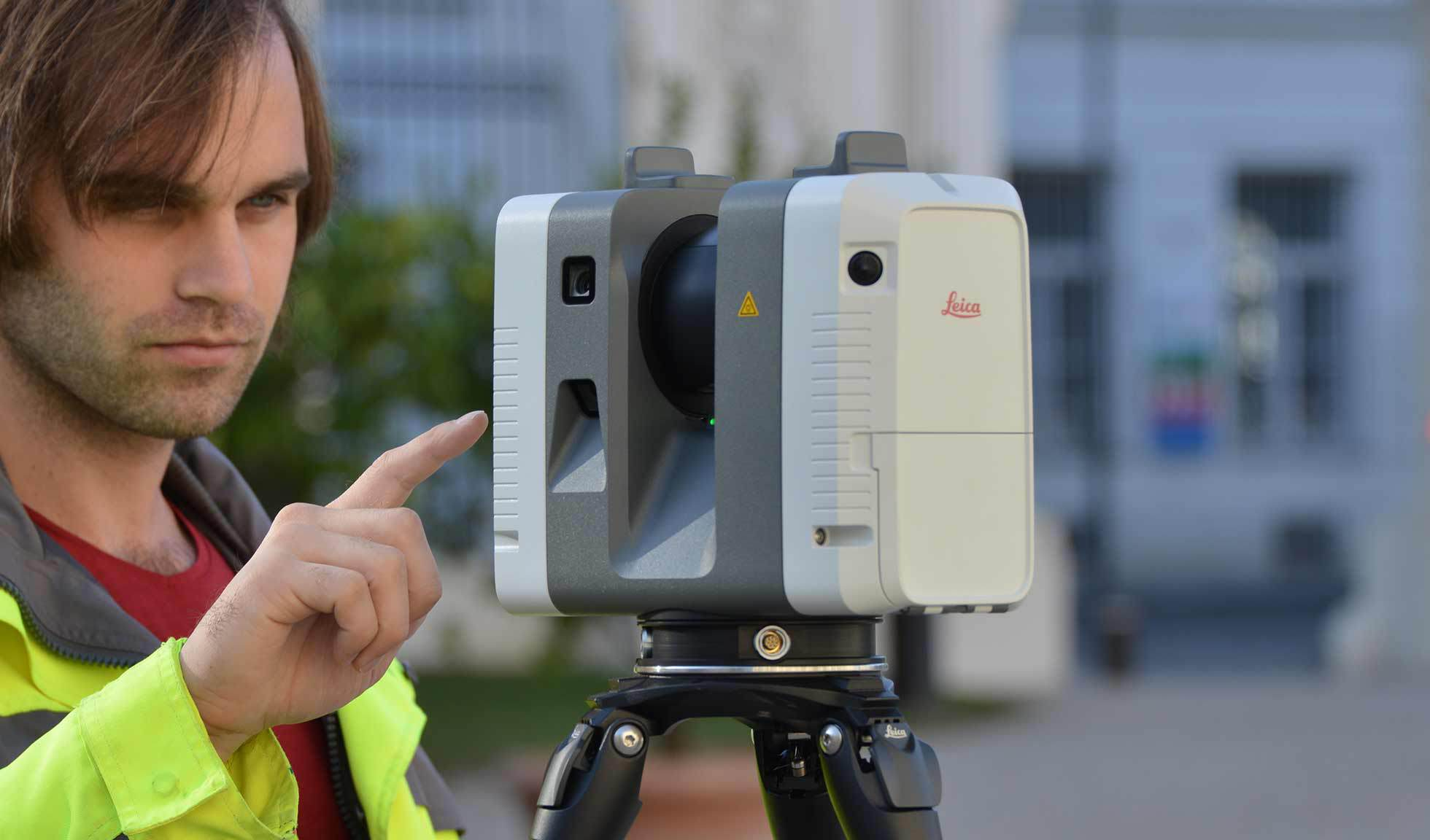 An employee from Bogensberger Vermessung / Surveys with the Leica RTC360.