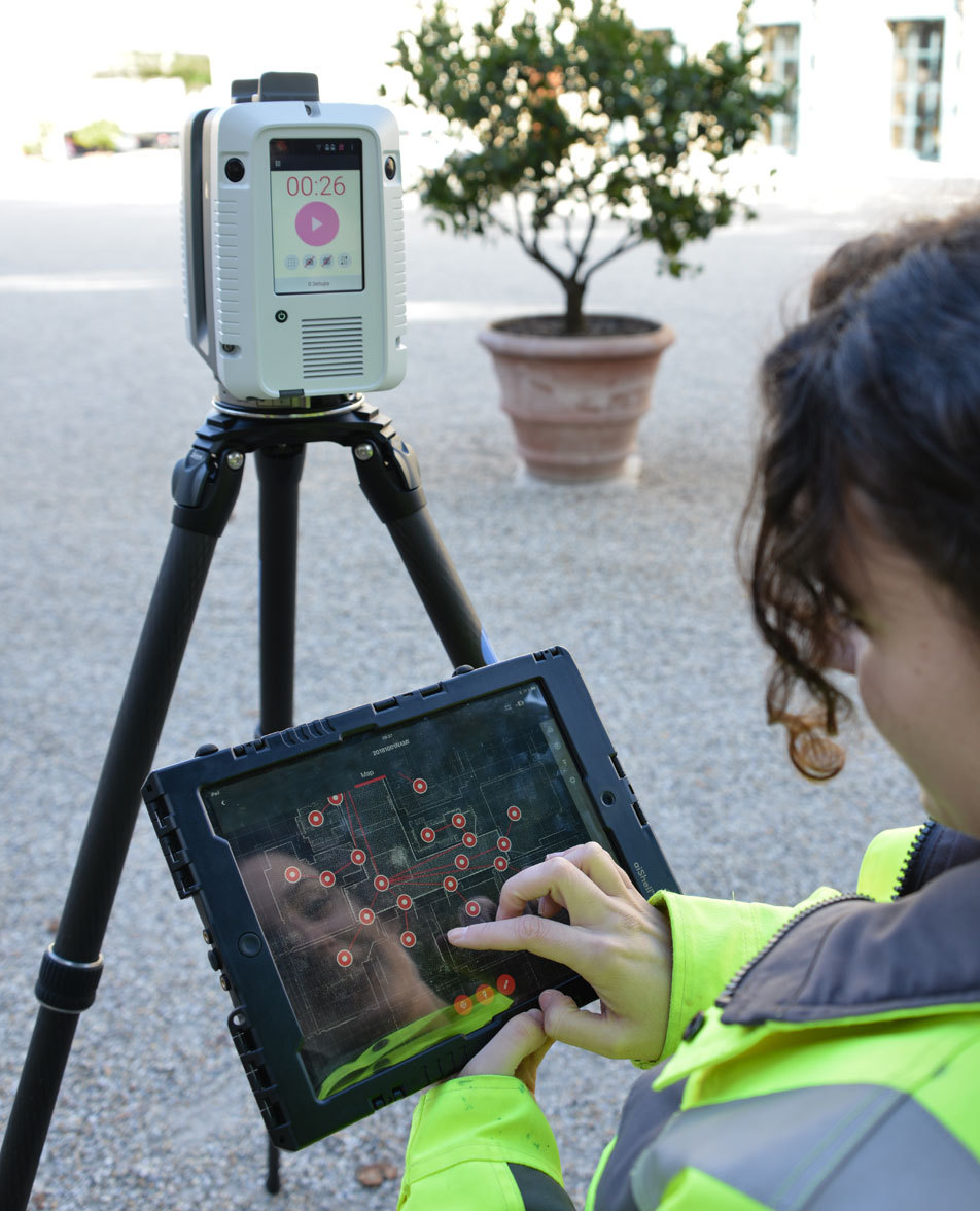 An employee of Bogensberger Vermessung / Surveys registers point clouds on-site in real time.